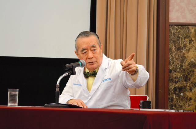 記者会見で「がんの新治療法の発明をしたい」と話すドクター・中松氏=東京都千代田区