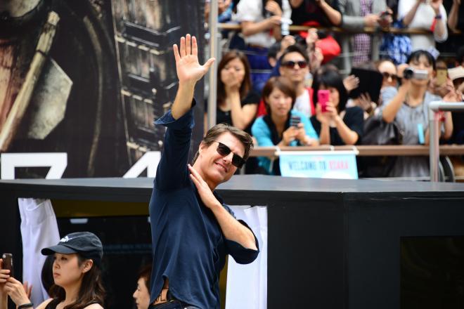 ファンに手を振るトム