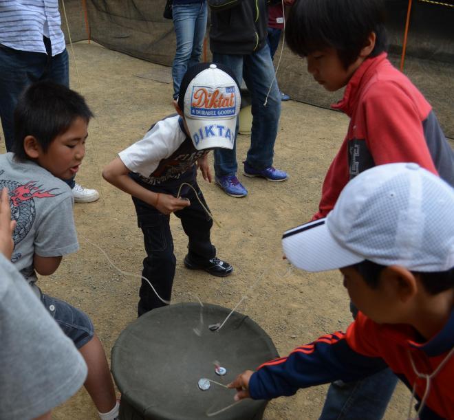 ベーゴマを楽しむ人たち=2014年4月29日、川崎市多摩区の日本民家園