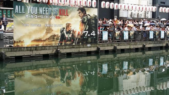道頓堀に掲げられたトム・クルーズの最新作の巨大ポスター