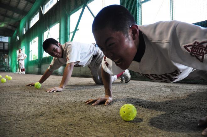 腕立て伏せをする高校球児=2011年6月2日、松江市黒田町