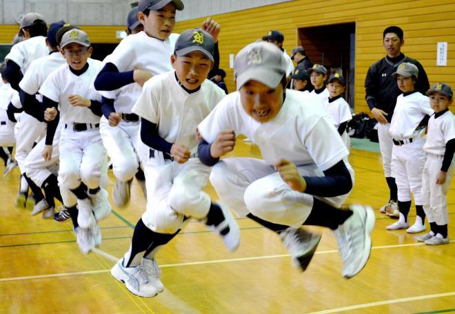 長縄跳びを楽しむ野球少年=2013年3月3日、茨城県龍ケ崎市