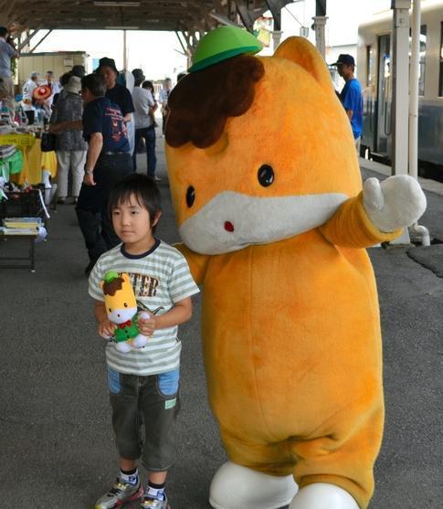 茨城にまで遠征し、子ども相手に啓蒙活動=ひたちなか海浜鉄道の那珂湊駅