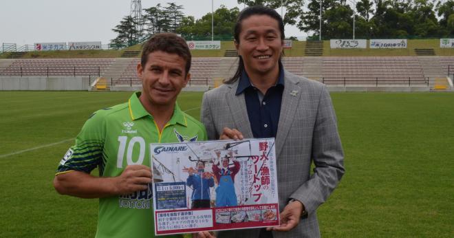 ガイナーレ鳥取が獲得したフェルナンジーニョ(左)と、岡野雅行GM