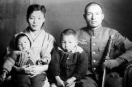 幼い頃の久野正憲さん(中央)の家族写真。右が戦死した父・正信さん