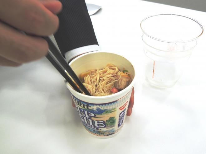 ⑤よーく、かきまぜます。氷が溶けてスープになります
