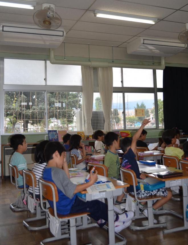 教室に設置されたエアコン=2013年10月10日
