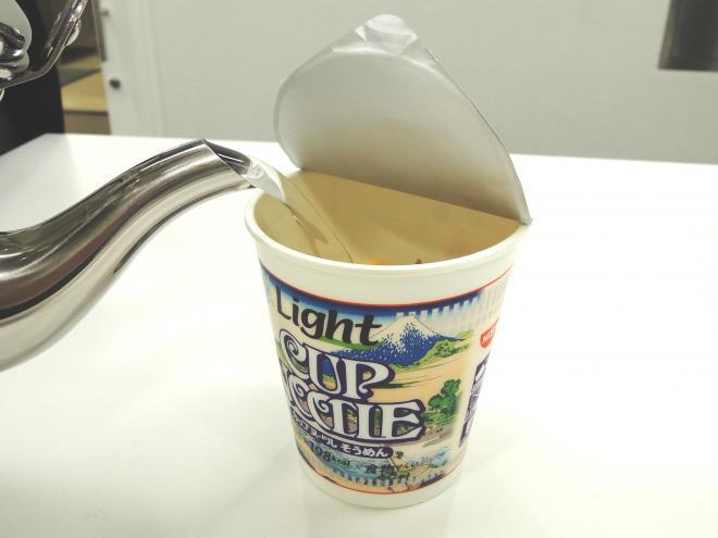 ①お湯を注ぎます。お湯は麺と具がギリギリつかる量にしましょう