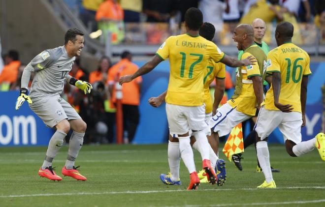 セザールに駆け寄るブラジル代表の選手たち