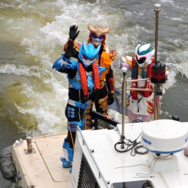 海難防止をPRする千葉県木更津市のご当地ヒーロー「鳳神ヤツルギ」の面々