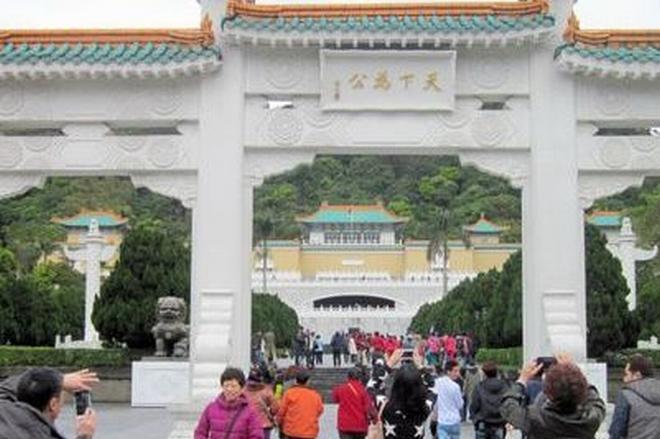 世界各国から大勢の見学者が詰めかける台湾の故宮博物院=台北市