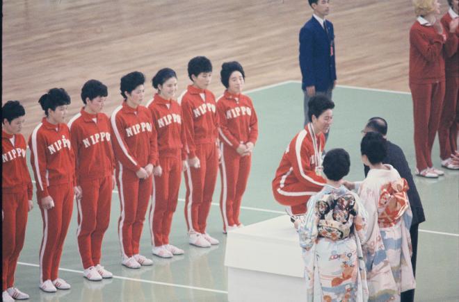 金メダルを受ける河西主将と日本チーム=1964年10月23日