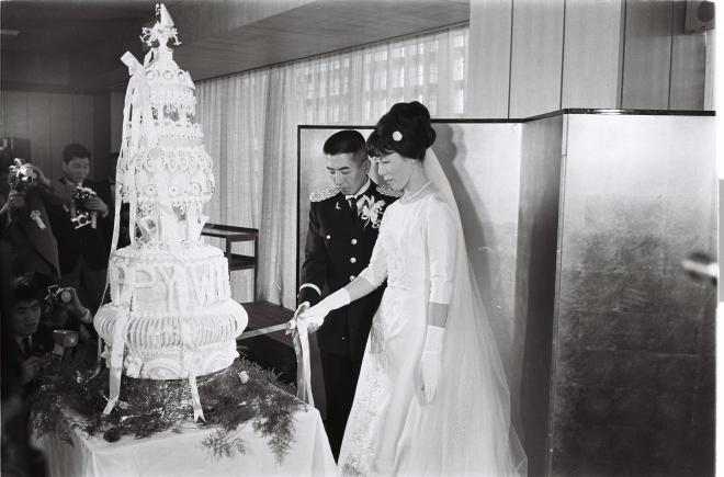 """""""東洋の魔女""""と呼ばれた女子バレーボール日紡貝塚の元主将河西昌枝さんと自衛隊の中村和夫二尉の結婚式で、ケーキ入刀が行われた=1965年5月31日"""