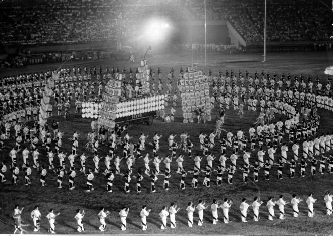 1960年(昭和35年)8月1日、東京・国立競技場で「7万人の夕涼み大会」が開かれ、東京都民踊連盟の1500人が「秋田竿灯(かんとう)」を中心に東京音頭を踊った