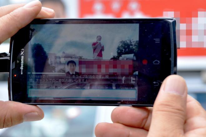 スマートフォンでの動画撮影=2013年7月4日