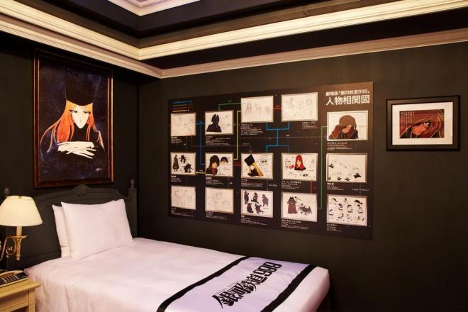 ベッドルームの壁には「人物相関図」のパネル