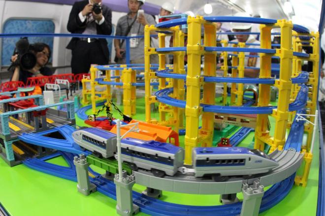 新幹線500系の車両内に設置された「プラレール」で玩具の500系が試運転=2日午後、福岡県那珂川町の博多総合車両所、河合真人撮影