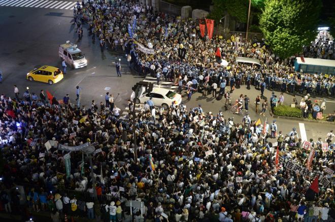首相官邸の前には1万人(主催者発表)が集まり、反対を訴えた=2014年6月30日、東京都千代田区、小玉重隆撮影