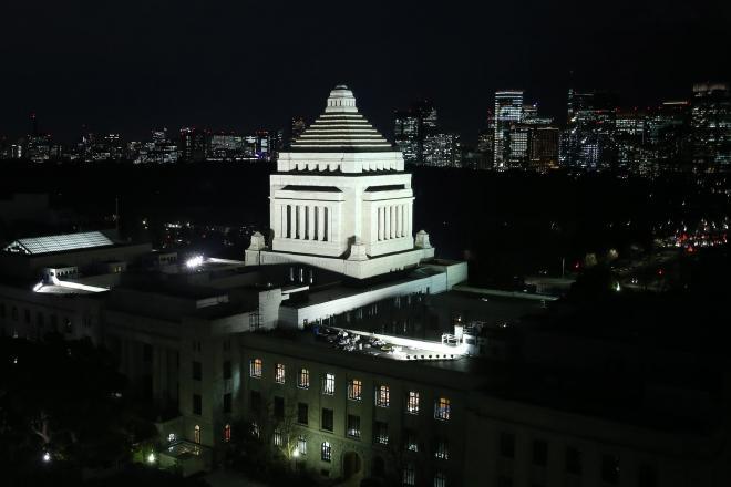 ライトアップされた国会議事堂=2014年1月22日、越田省吾撮影