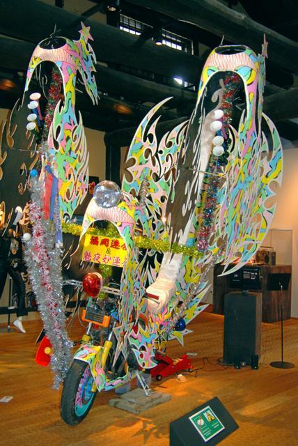 展示室中央に陣取る「作品」。福岡県のヤンキーが実際に改造して乗っていたもの。ピンクや水色などの色使いが華やか=鞆の津ミュージアム