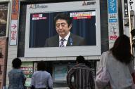街頭画面に映し出された安倍首相を見る人たち=1日、遠藤啓生撮影