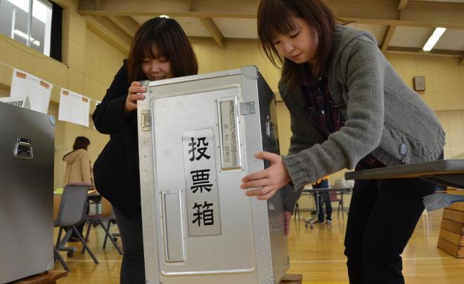 組み立てた投票箱を設置する職員=2012年12月15日