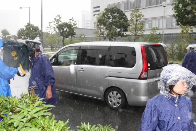 薬物事件で送検される女優を乗せ、東京湾岸署を出る車=2009年8月10日、東京都江東区、林敏行撮影