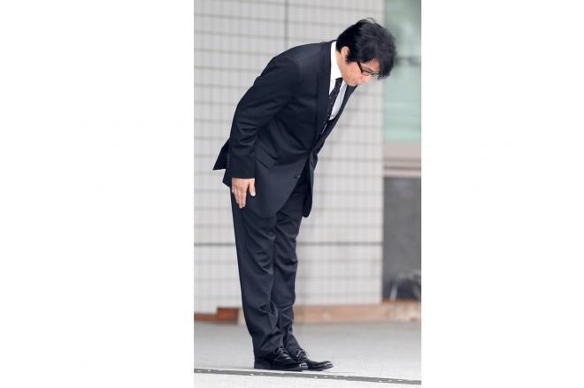 保釈が認められ東京湾岸警察署を出て、頭を下げるASKA被告=2014年7月3日、東京都江東区青海、山本裕之撮影