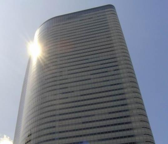 電通本社ビル。14年3月期の連結決算は売上高2兆3093億5900万円。売上総利益は5940億7200万円。