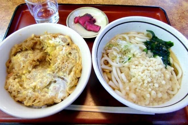人気のかき揚げ丼セット。ご飯にうどんと炭水化物てんこ盛りだが、山田ではこれが普通だ