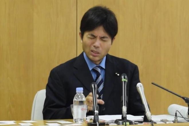 記者会見で質問に答える野々村竜太郎氏=2014年7月1日、神戸市中央区