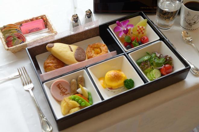 朝食はスヌーピーの焼き印が入ったパンなどが入ったお弁当がルームサービスで届く