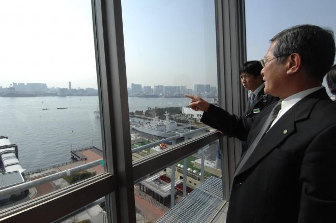 東京港内の事件や事故を担当するため、最上階には港を見渡せる監視室が。完成前から観光客が訪れるなど話題に=2008年3月18日、江東区青海2丁目の東京湾岸署で