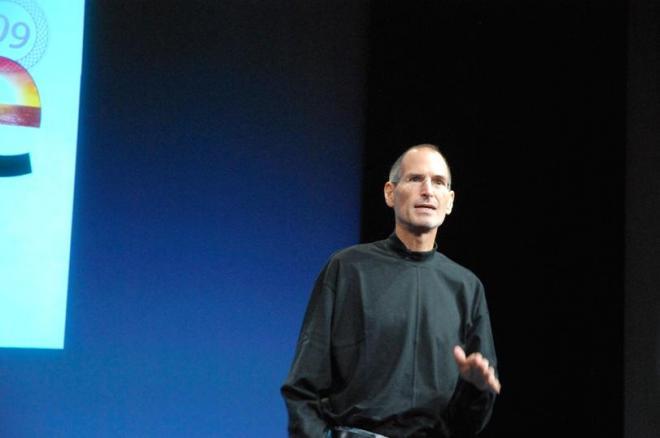 米カリフォルニア州のアップル本社で記者発表会に臨んだジョブズ氏=2010年10月20日