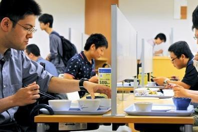 京都大学吉田キャンパスの食堂に登場した、ついたて付きのテーブルで昼食を取る学生たち