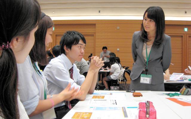 「ぼっちです」と名乗り出てくれた町田彩夏さん(右)。18歳選挙権について考える高校生イベントを開くなど、社会参加に積極的だ