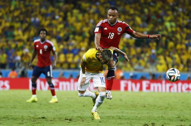 コロンビア選手からファウルを受けるネイマール