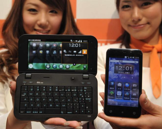 KDDIの「IS01」(左)と「IS02」