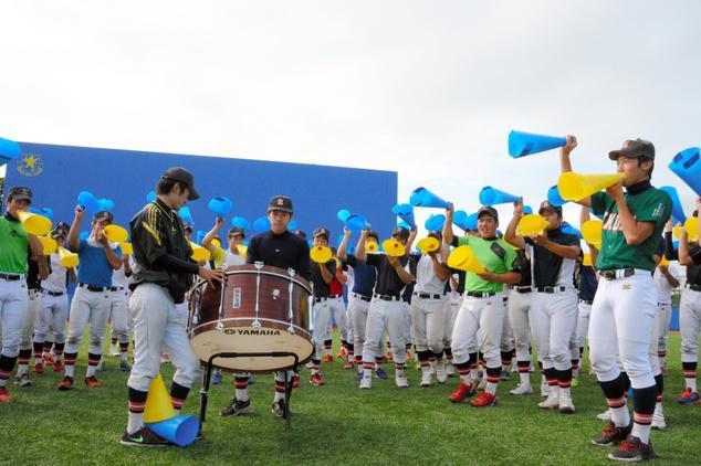 息のあった振り付けと応援歌を披露する仙台育英の部員たち=多賀城市