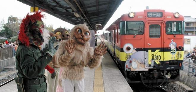 妖怪の着ぐるみに迎えられて到着した列車