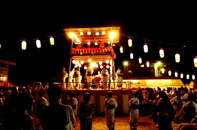 伝統的な夏の盆踊り