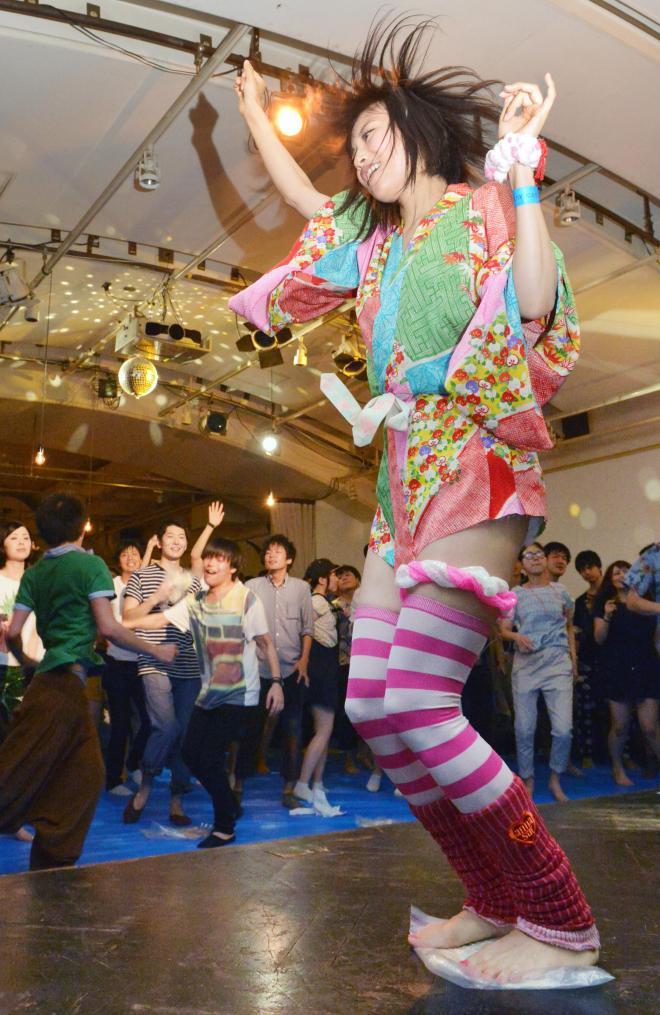大音響のダンスミュージックにあわせて、うどんを踏む参加者。写真はすべて瀬戸口翼撮影