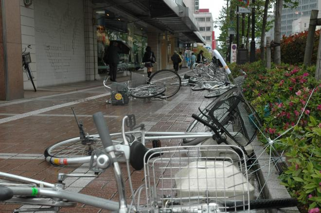 強風が吹いた富山市内。駅前では自転車が倒れ、骨が折れた傘が転がっていた=2005年5月18日、富山駅前で
