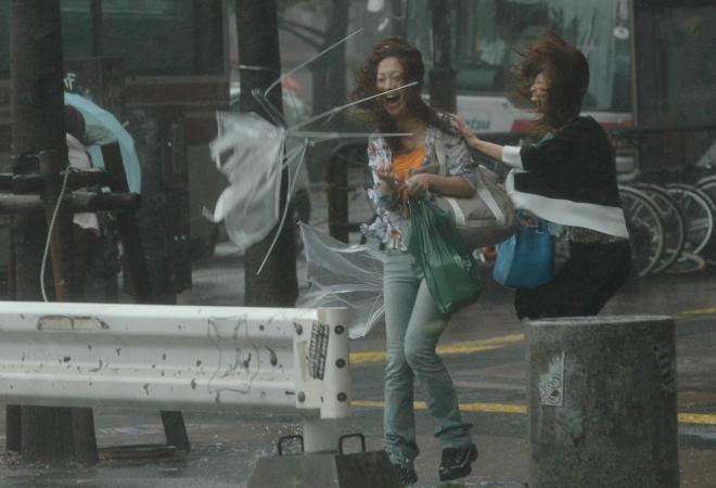 猛烈な風で一瞬にして壊れた傘=2005年9月6日