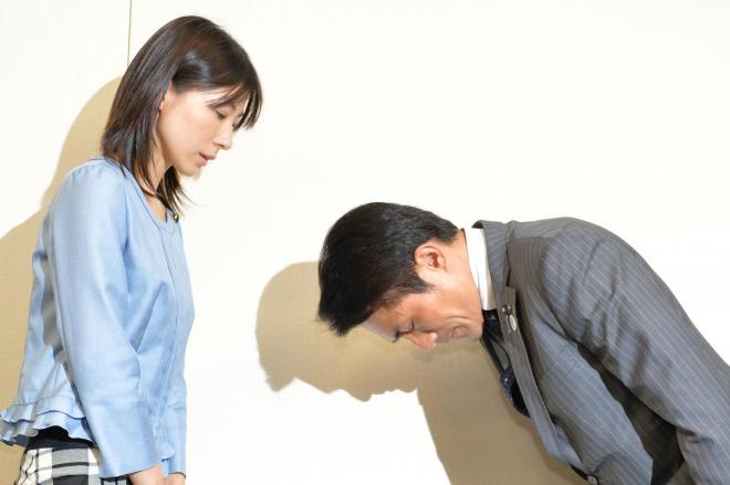塩村文夏都議(左)に謝罪する鈴木章浩都議=2014年6月23日