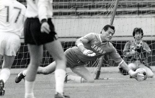 中南米大使団とのサッカー親善試合。ゴールキーパーを務めた=1989年10月8日