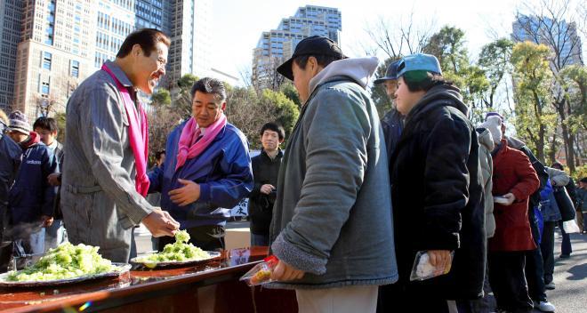 年末恒例、新宿中央公園での炊き出し。毎年の参加メンバーが、また味わい深い=2008年12月27日