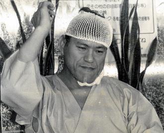 催しに参加中、暴漢に切りつけられ10針を縫うけが=1989年10月15日、福島県会津若松市