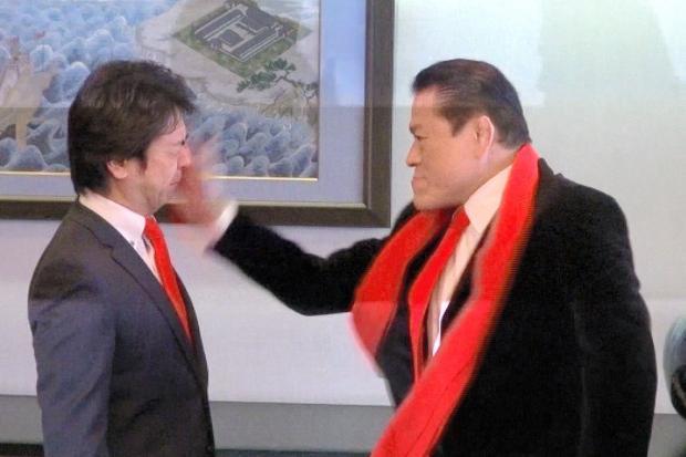 熱心なプロレスファンの高島宗一郎・福岡市長は、ことあるごとに闘魂注入のビンタをもらう羽目に=2012年2月6日