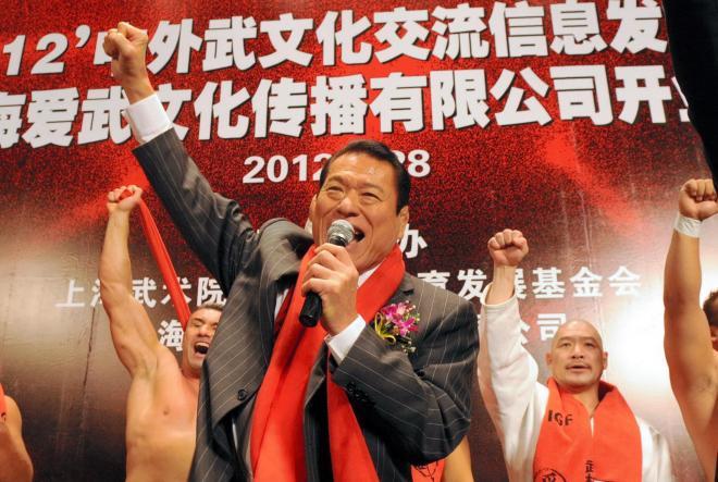 締めはやはりこのポーズ。上海興行をぶち上げ、得意の「ダァー!」=2012年5月28日